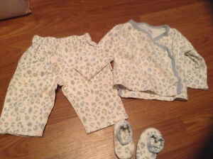 0-3 month girl clothes sleepers/ outfits London Ontario image 5