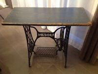 Table d'appoint antique Singer