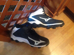 Mens Size 9 Baseball shoes