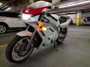 1991 Yamaha FZR600 street motorcycle bike