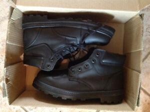 Men's black safety boots 8.5 Go East