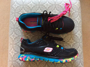 **REDUCED** SKETCHERS GIRLS RUNNERS - BRAND NEW - SIZE 6.5