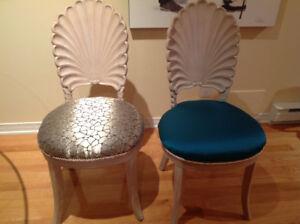 Chaises (2) antique  magnefique payer $120ch demand $59ch
