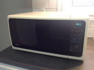 White Sanyo EM-704T Microwave Oven