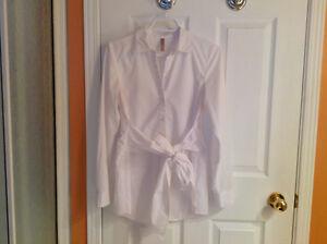 Chemiser blanc de maternité avec boucle taille médium
