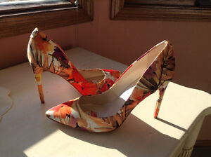 IVANA TRUMP BEAUTIFUL FLORAL HIGH HEELS NEW