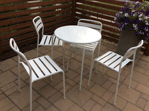White outdoor table and 4 chairs