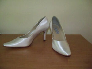 Women's white satin shoes, size 8 1/2
