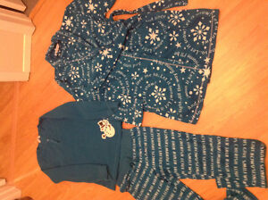 Lot pijamas et robe de chambre