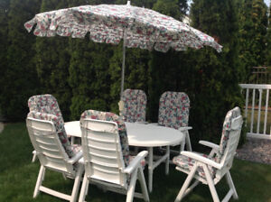 STURDY WHITE UMBRELLA TABLE WITH SIX LRG CHAIRS