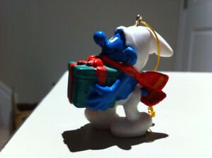 Smurfs - Vintage Smurf Holding a large Christmas Gift