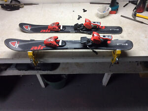 Minis skis avec fixations salomon