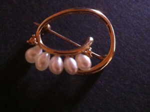 Gold yellow Solid brooch
