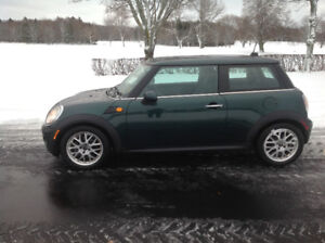 REDUCED 2009 COOPER, LIKE NEW , MUST SELL, CALL 1 902 388 8587