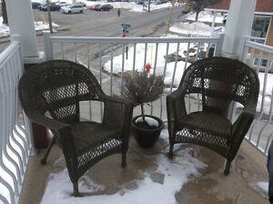 Chaises et table en osier