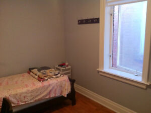 *** Furnished Room Rent : College & Dovercourt ***