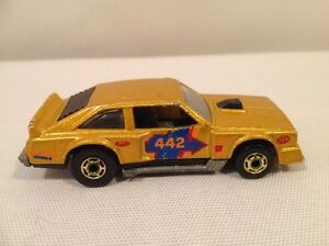 HOT WHEELS FLAT OUT METALIC GOLD 442 BLACK WALLS (1979 VINTAGE)