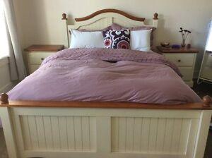 Set de chambre (lit queen,2 tables de chevet,une commode )