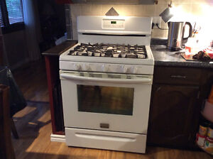 GAS FRIGIDIARE STOVE WITH CONVECTION OVEN
