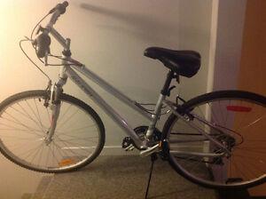 Vélo hybride confort sport pour femme