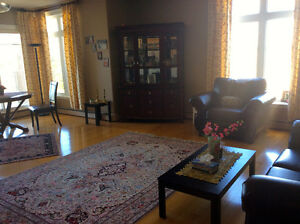 2 bed bright corner unit, $1500 inc heat/hot water/parking