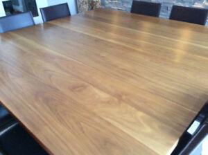 Table de salle à manger carrée en noyer massif, 71 X 71 pouces.