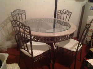 Beautiful dining / kitchen glass table and 4 chairs
