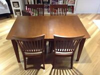 Dinette avec 4 chaises/Dining set with 4 chairs