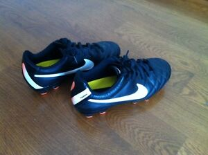 Nike boys soccer shoes size 3