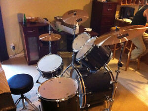 Mapex Meridian Birch 5 Piece drum set with 3 symbols and stool