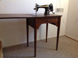 Singer sewing machine with hand crank + table