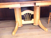 REDUCED. REDUCED. BEAUTIFUL OAK TABLE & 6 CHAIRS