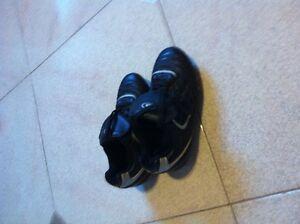 souliers de soccer ADIDAS pointure 2 couleur noir/rouge