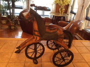 cheval antique de bois sculpte a la main sur tricycle