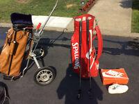 divers sacs et équipements de golf