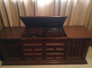 Westinghouse Solid State Stereo in a solid Maple Cabinet.>>$400. West Island Greater Montréal image 2
