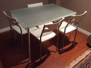 Dinng table and 4 chairs