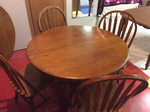 Solid round extendable kitchen/diningroom table and four chairs.