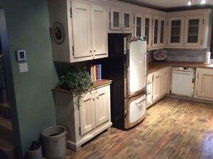 Armoires de cuisine en pin et vanité de salle de bain