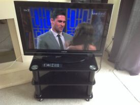 TOSHIBA 32BV701 LCD TV AND BLACK GLASS STAND IMMACULATE