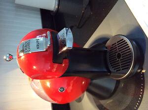 Machine à café capsules Nescafe  Dolce Gusto rouge