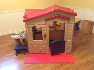 Excellent new condition, little tikes  playhouse/cottage