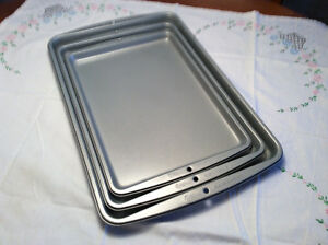 3 plaque à biscuit neuf WILTON/ 3 cookie pans from WILTON.