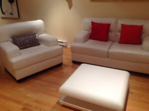 Sofa Causeuse cuir avec Chaise cuir et table condition A1 $1475