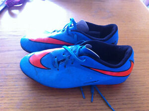 Nike soccer cleat Size 6 youth