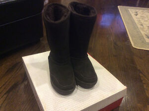 LIKE NEW IN BOX BEARPAW SIZE 6 WOMENS