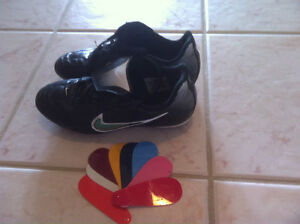 Size 4 Nike soccer shoes - w/ colour cards - Welland