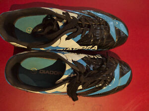 Diadora Soccer shoes Lightly used Size 2, must to see!