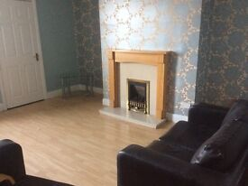 Spacious 3 bed flat close to Metro - new kitchen/jacuzzi bath