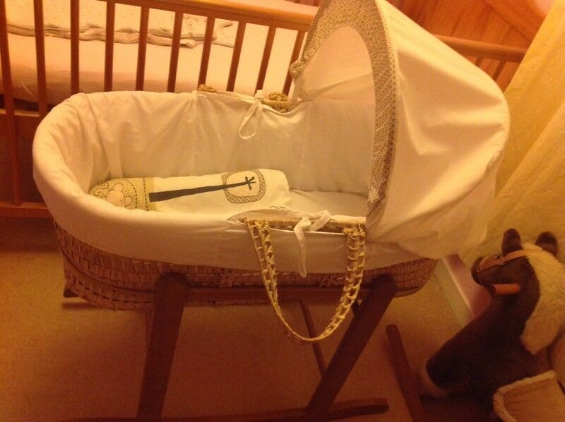 Unisex Moses basket with rocking stand, 2 white sheets and original blanket/duvet and mattress